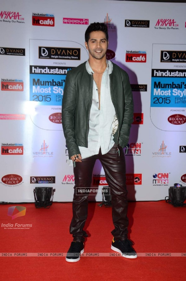 Varun Dhawan poses for the media at HT Style Awards 2015