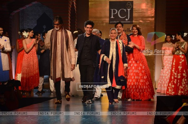 Manish Malhotra showcases his collection at 'Mijwan-The Legacy'