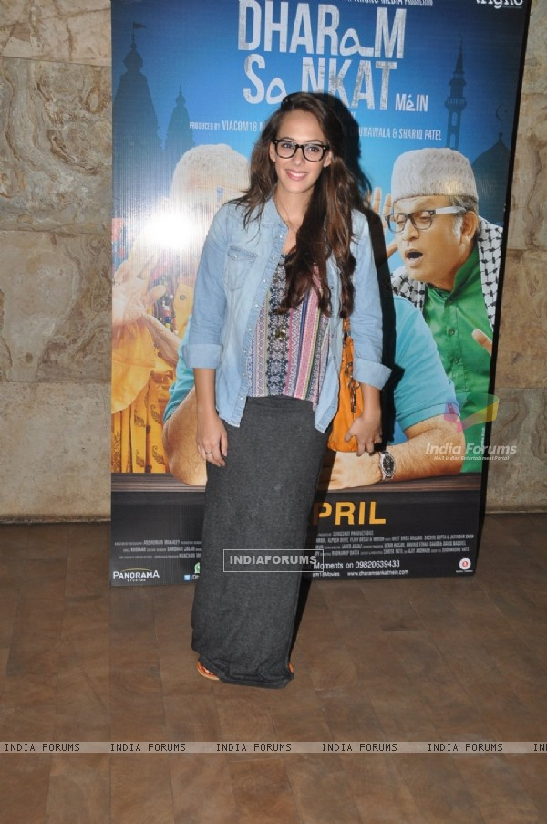 Hazel Keech poses for the media at the Special Screening of Dharam Sankat Mein