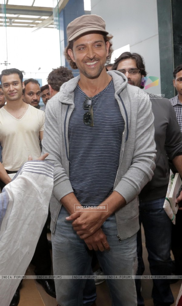 Hrithik Roshan poses for media at Kolkatta