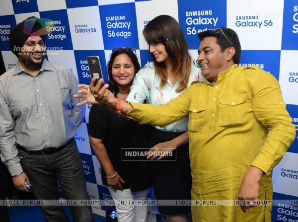 Huma Qureshi clicks selfie with fans at Samsung Mobile Launch