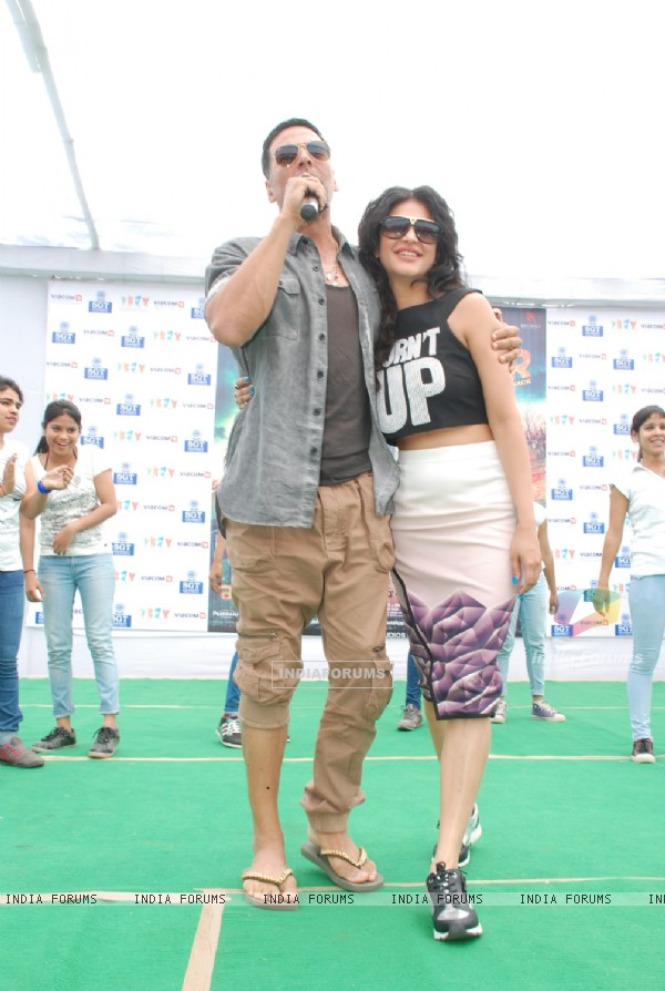 Akshay and Shruti at the Promotions of Gabbar Is Back in Delhi