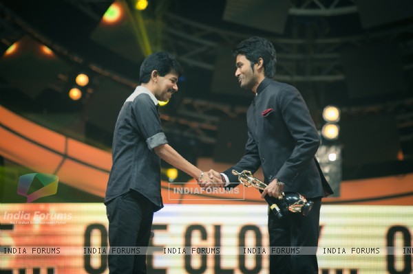 Dhanush receives an award at Vijay Awards 2015