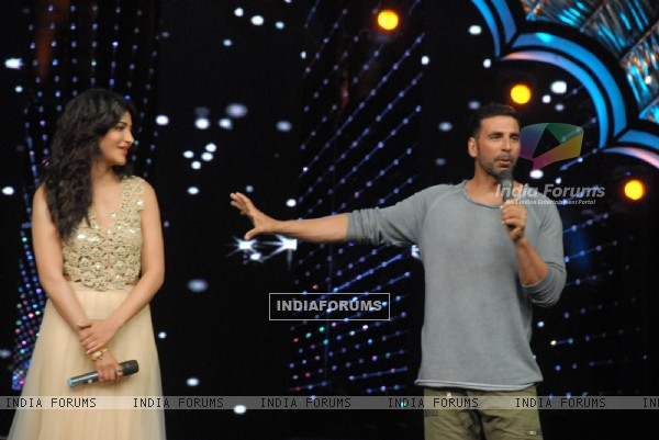 Akshay Kumar and Shruti Hassan Promotes Gabbar Is Back on DID Supermoms Season 2