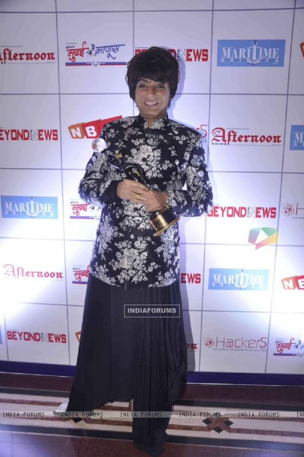 Rohhit Verma poses with his 'Best Costume Designer Award'