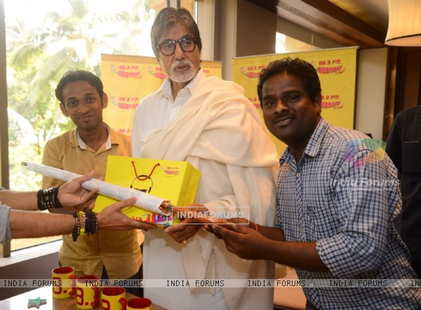 Amitabh Bachchan Celebrates Success of Piku with Radio Mirchi