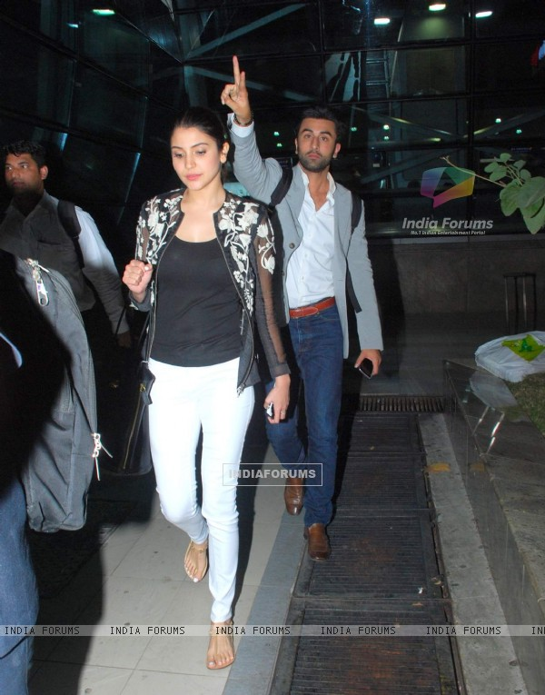 Anushka Sharma and Ranbir Kapoor Snapped at Airport