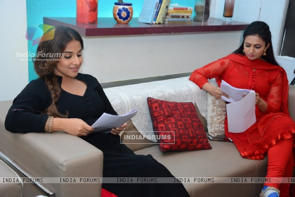 Divyanka Tripathi and Vidya Balan on the sets of Ye Hai Mohabbatein