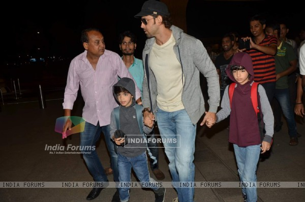 Hrithik Roshan snapped with kids while leaving for Cape Town Vacations
