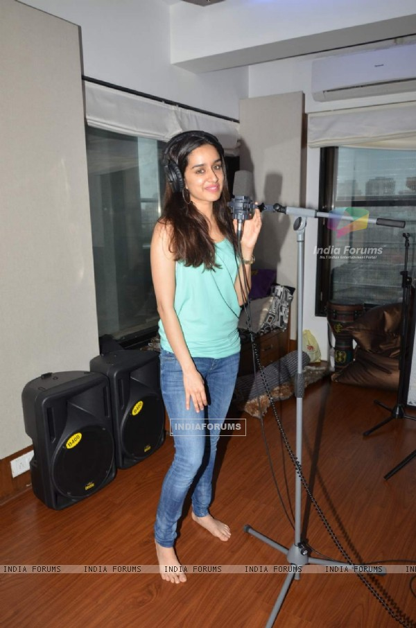 Shraddha Kapoor Records an Unplugged Version of Bezubaan Phir Se!