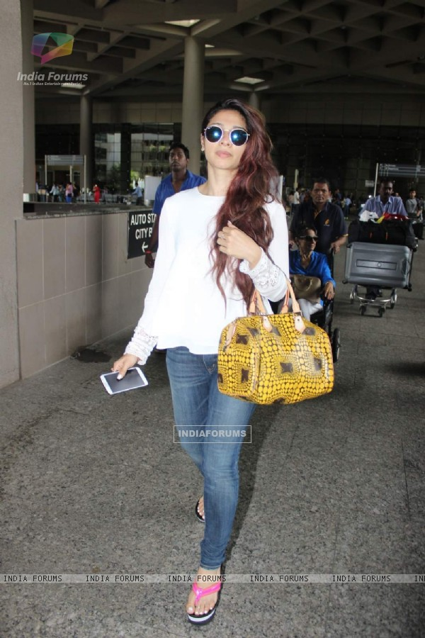 Tanishaa Mukherji Snapped at Airport