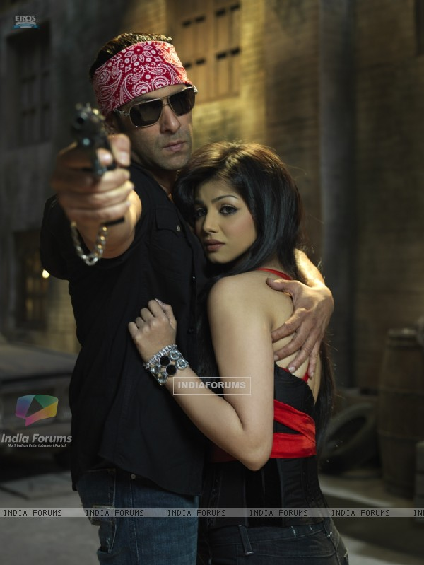 Salman Khan saving Ayesha Takia from the goons