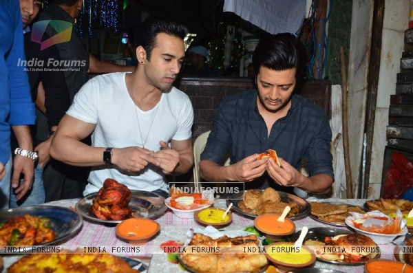 Riteish Deshmukh and Pulkit Samrat were snapped enjoying food at Mohammed Ali Road
