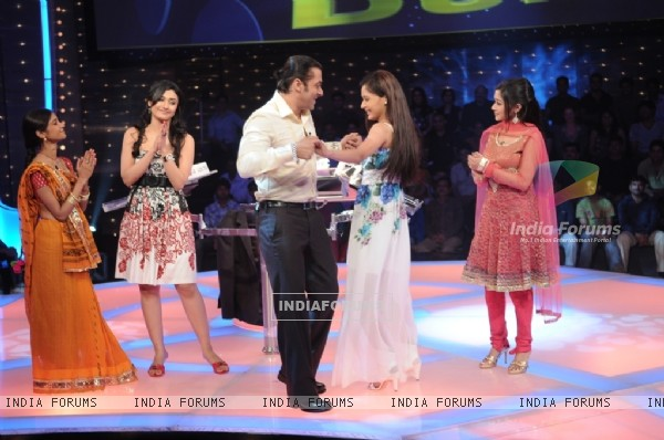 Salman Khan dancing with Sara Khan