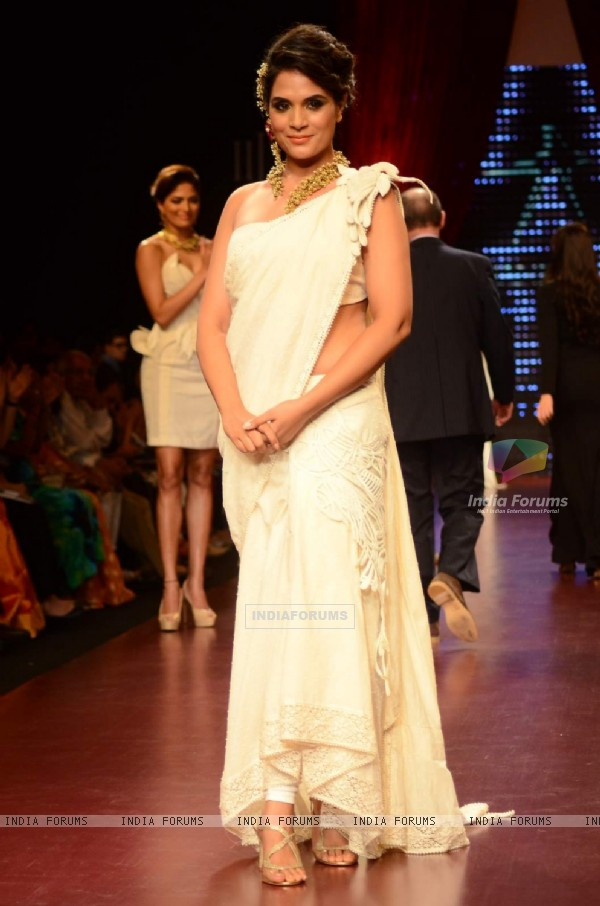 Richa Chadda dazzles the ramp at IIJW Day 3
