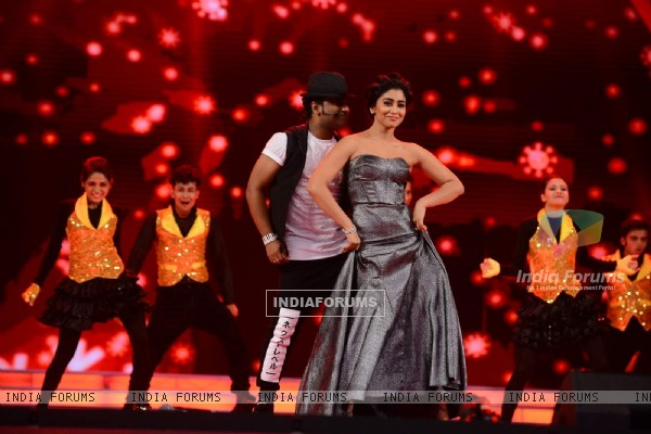 Shriya Saran Sets Fire to the Stage at SIIMA 2015 Day 3