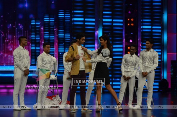 Katrina Checks the Quote on Raghav's Tshirt During Promotions of Phantom on Dance Plus