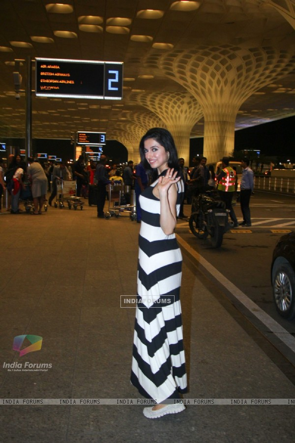 Divya Khosla Kumar Snapped at Airport