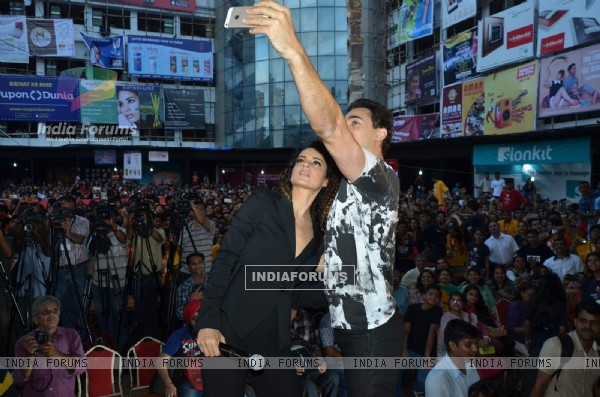 Imran and Kangana Clicks a Selfie With the Students During Promotions of Katti Batti at Umang Fest