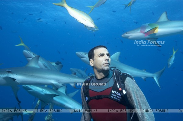 Akshay Kumar surrounded by the fish