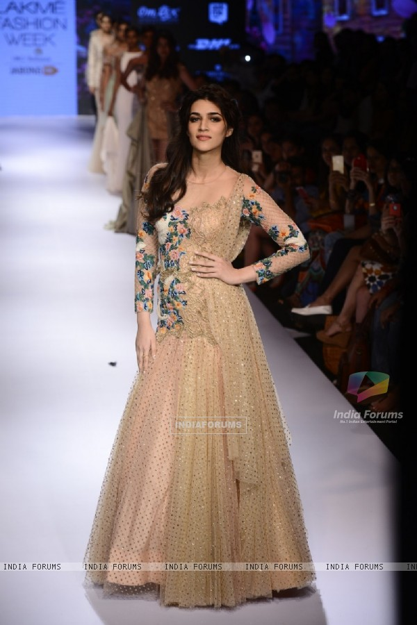 Kriti Sanon Sizzles at Lakme Fashion Week Day 5