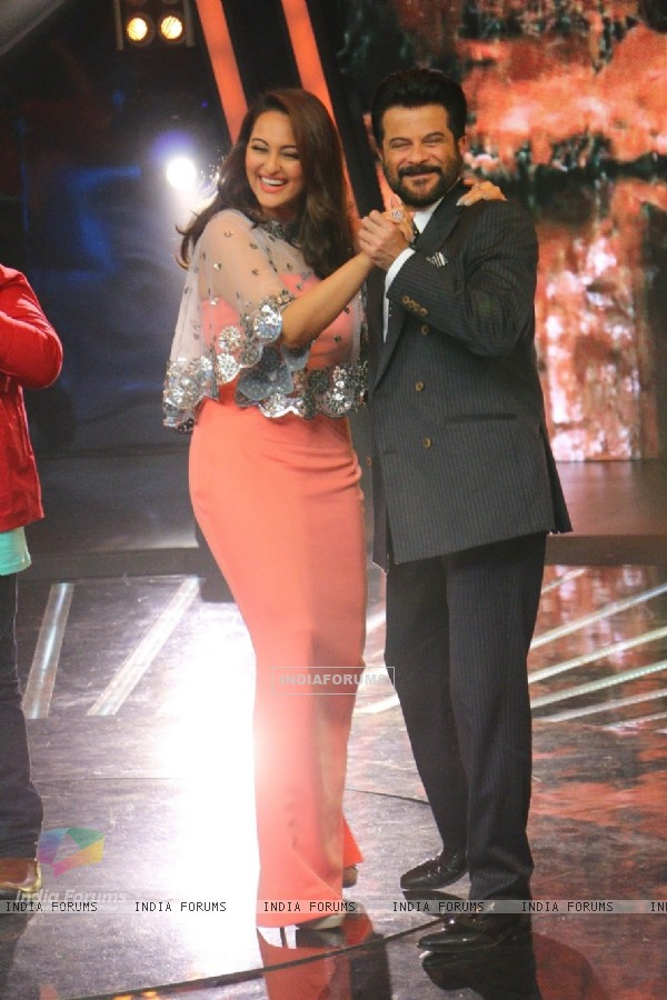 Anil Kapoor Dances With Sonakshi During Promotions of Welcome Back on Indian Idol Junior