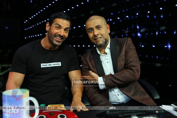 John Abraham and Vishal Dadlani Pose for Picture at Promotions of Welcome Back on Indian Idol Junior
