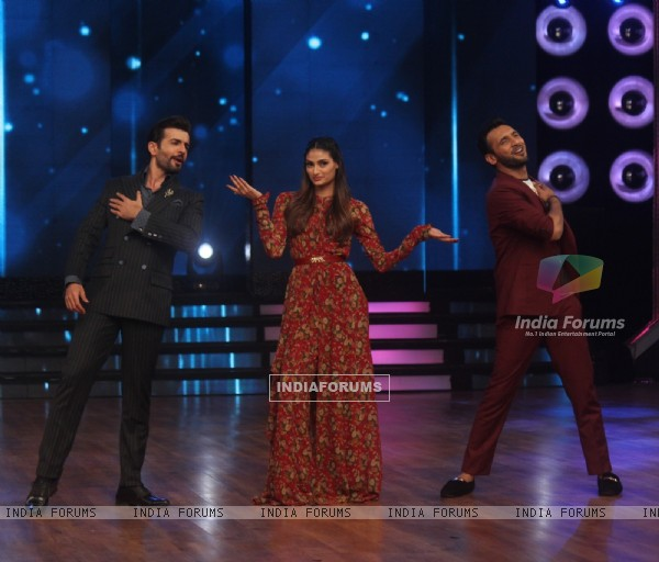 Athiya poses with Jay and Punit During Promotions of Hero on Dance India Dance Season 5