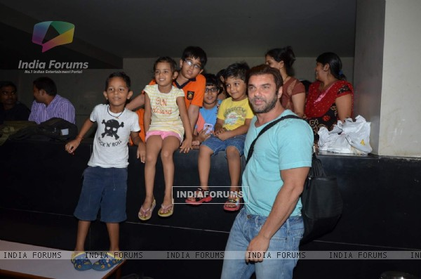 Sohail Khan Takes a Picture With Kids at Screening of Welcome Back