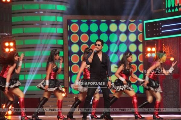 Mika Singh Performs at GR8 ITA Awards