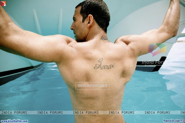 Akshay Kumar showing his body