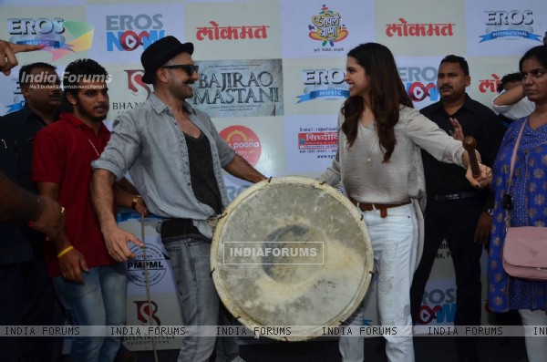 Ranveer - Deepika Play Dhol at 'Gajanana' Song Launch of Bajirao Mastani