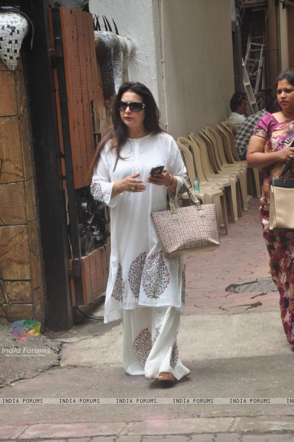 Poonam Dhillon at Funeral of Karim Morani's Mother