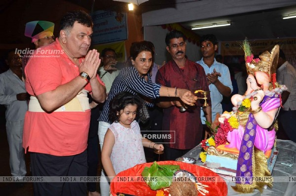 Rishi Kapoor and Neetu Singh Does Pooja Before Ganpati Visarjan