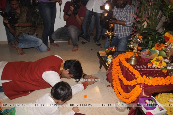 Vivek Oberoi's Does Namaskar With His Son Before Ganesh Visarjan