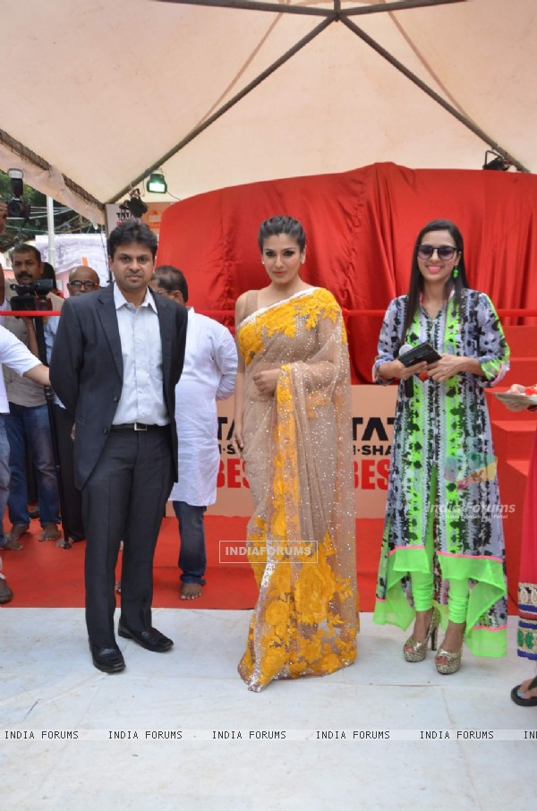 Raveena Tandon Unveils Biggest Laddoo for Andheri Cha Raja