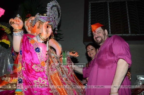 Nitin Mukesh along with Wife poses for the media at Ganpati Visarjan