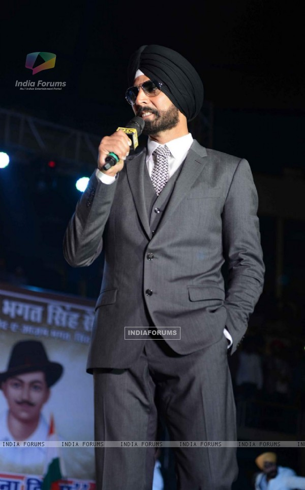 Akshay Kumar interacting with the audience at the Promotions of Singh is Bling in Delhi