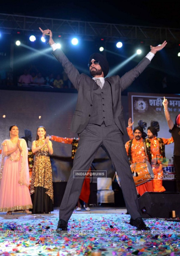 Akshay Kumar performs at the Promotions of Singh is Bling in Delhi