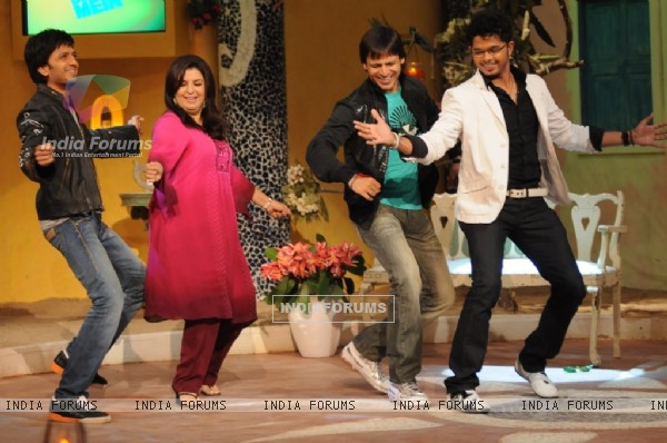 Farah Khan dancing with Sreesanth, Ritesh Deshmukh and Vivek Oberoi