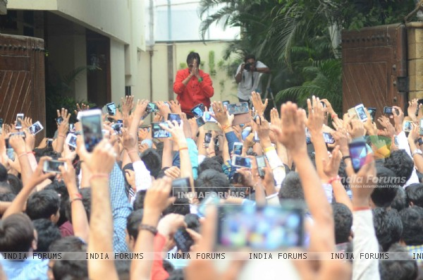 Amitabh Bachchan Greets His Fans Outside his Home