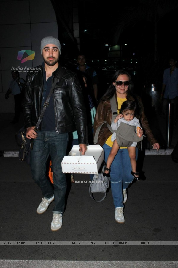 Imran Khan was snapped with wife Avantika and daughter Imara at Airport