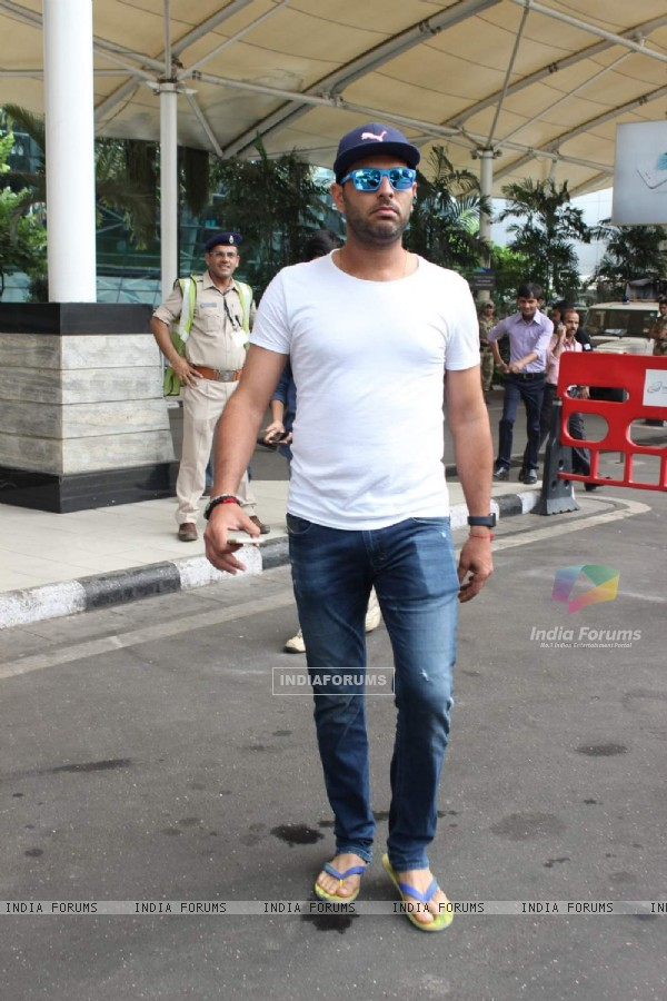 Yuvraaj Singh Snapped at Airport