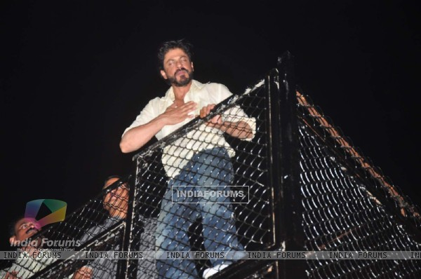 Shah Rukh Khan Thanks his Fans Outside Mannat on 50th Birthday