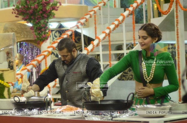 Sonam Kapoor and Salman Khan makes 'Jalebi' at Bigg Boss House