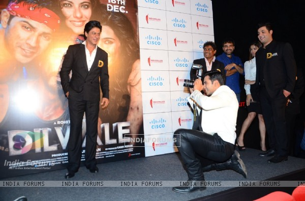 Varun Dhawan Clicks Picture of SRK at Trailer Launch of 'Dilwale'