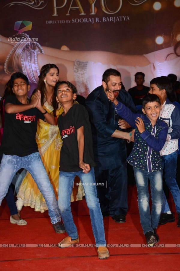 Salman Khan and Sonam Kapoor Celebrates Diwali with 'Dharavi Rocks'