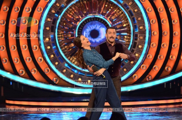 Salman Shakes a Leg with Deepika on Matargashti During Promotions of Tamasha on Bigg Boss 9 (Nau)