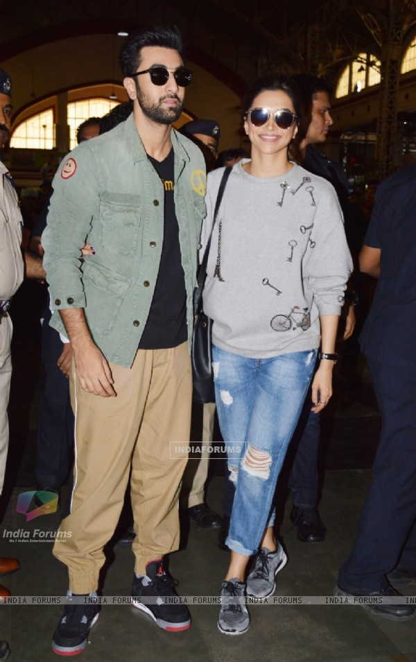 Ranbir Kapoor and Deepika Padukone takes a Train Journey to Delhi