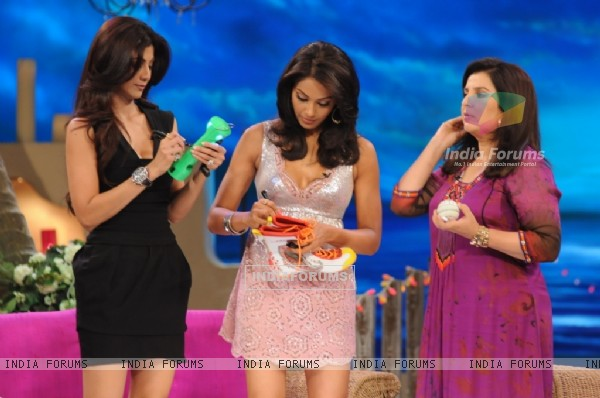 Shilpa Shetty and Bipasha Basu giving their autograph